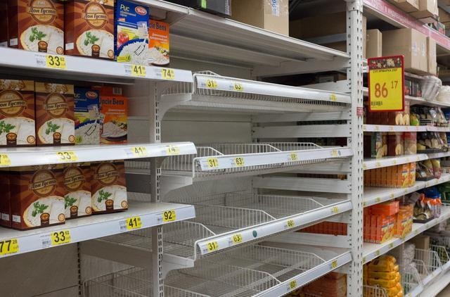 组图:俄罗斯卢布暴跌引居民疯狂抢购物资