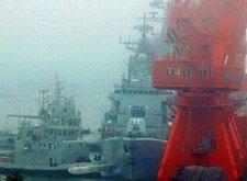 拖船靠帮哈尔滨舰引导其离港