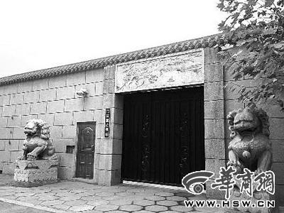 白艳春家3米高的院墙外立面贴满了大理石墙砖,门楣饰有石雕,可自动控制开闭的大门两侧伫立着两只石狮,侧门装有密码门锁 华商报驻北京实习记者 王辉 摄