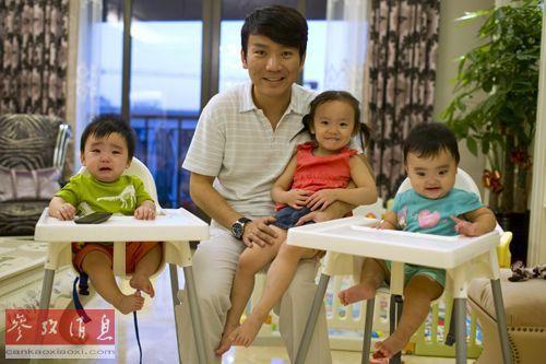 资料图:上海的蒋(音)先生与美国代孕母亲为他们夫妇孕育的三个子女。