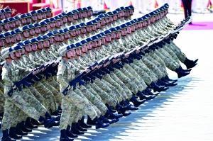 受阅士兵训练踢掉两个指甲 不少人踢坏3双军鞋