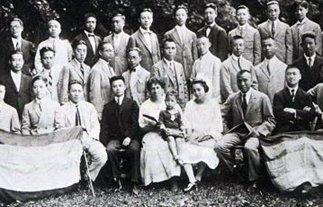 1923年10月,朱德(前排右四)与部分中国留德学生合影