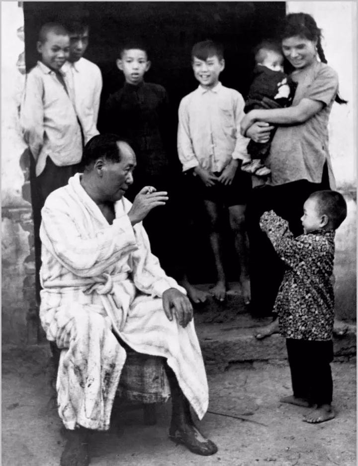 毛泽东畅游湘江后在农家门口与小孩?#21917;¤¡?#25668;影/侯波