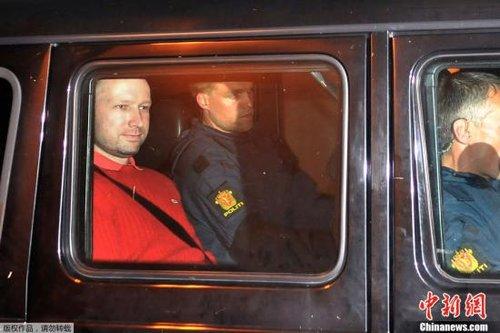 资料图:2011年7月25日,挪威恐怖袭击事件凶手布雷维克当日在奥斯陆法院首次出庭受审。
