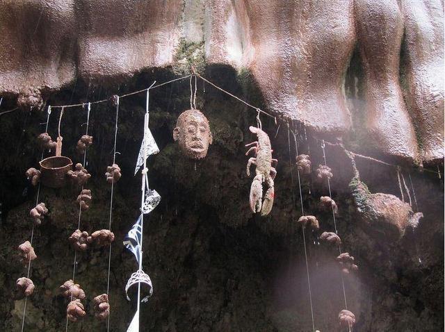 揭秘英国神秘水井:物品接触井水将被石化(组图)