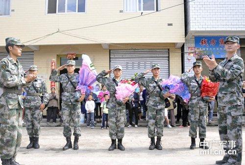 5名受伤战士伤愈后,受到战友的热烈欢迎