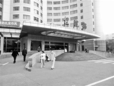 医院保安与120医生起冲突 重症病人只好求助999