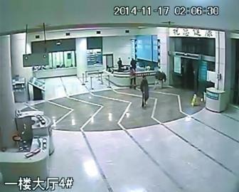 医院视频_(监控视频截图)   11月15日,达州女子任某深夜陪同丈夫到医院就诊