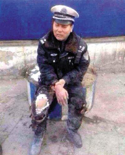 唐山北新道学院路交叉口天天快递公司员工抱交警自焚 图