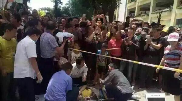 昆明螺蛳湾商户楼顶抗议强迁 1人跳楼被气垫接住