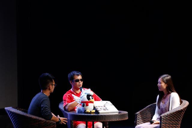 图为:盲人足球队的摄影师杨帆、足球队长李孝强与《活着》栏目创办人王崴一起聊拍摄经过