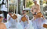 日本男女进行冰水浴 祈求新年好运