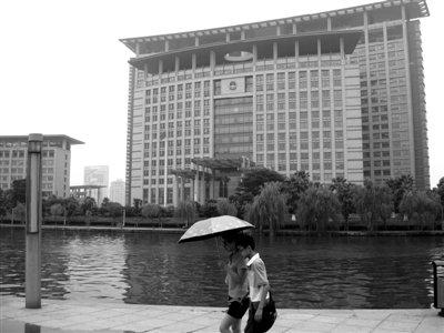 7月12日,温州市政府大楼。温州市推出公务接待实施细则后,引起广泛关注。新京报记者 龙在宇