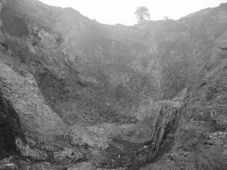 河南汝州私采滥挖铝矾土猖獗 耕地被挖成深坑