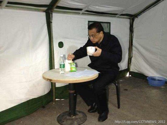 4月21日,芦山,李克强总理的早餐,一碗米粥一袋咸菜。
