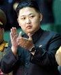 """10月9日,庆祝朝鲜劳动党建党65周年大型团体操和艺术表演《阿里郎》在平壤""""五一""""体育场举行。这是朝鲜劳动党中央军事委员会副委员长金正恩在主席台上。"""