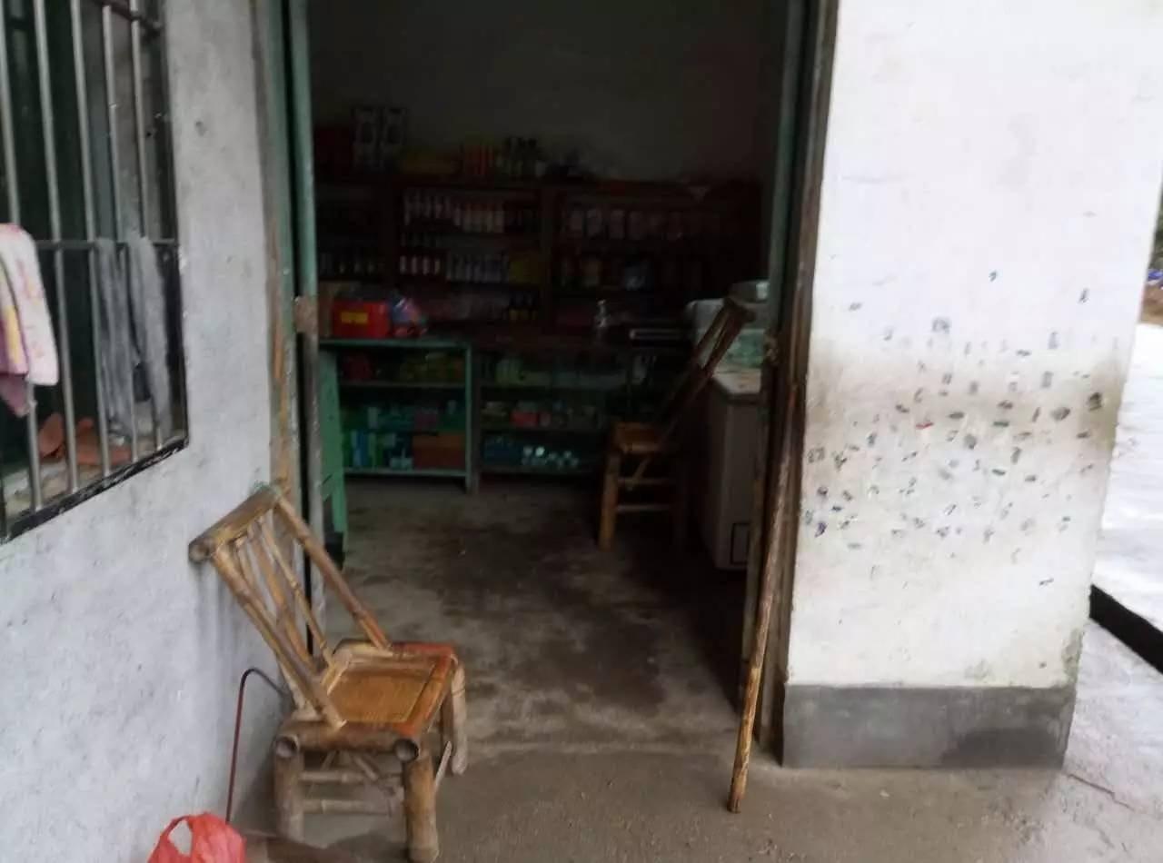 拐杖靠着门边,过房每天就坐在这张椅子上,看着路人来来往往