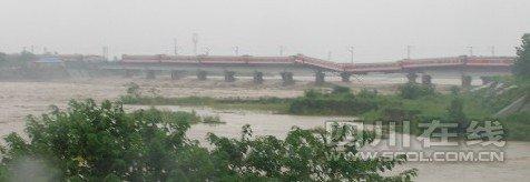 宝成线广汉境内桥垮塌 列车悬挂桥上(图)
