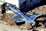 战斗机被冲撞到机库的墙壁上