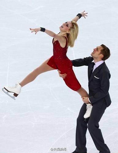 花滑美女冰刀划开男伴裤子 尴尬完成比赛(图)