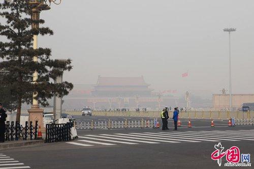 女记者为避雾霾天戴口罩报道两会(组图)