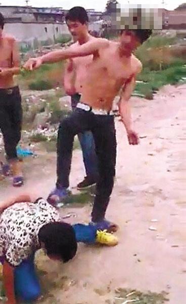 北京3人围殴14岁少年近9分钟 搬石块砸其背部