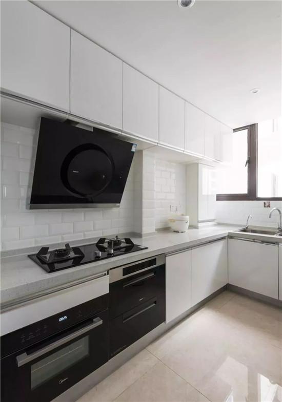厨房地面延续公领域瓷砖铺贴,墙面采用白色地铁砖工字铺贴,搭配