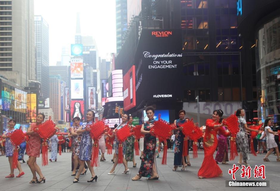 """中国旗袍""""快闪""""纽约时报广场-美国精品资讯"""