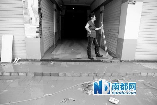 p/p    千色新城日前大雨时候遭遇水灾,商户损失惨重。南都记者 王子荣 摄/p