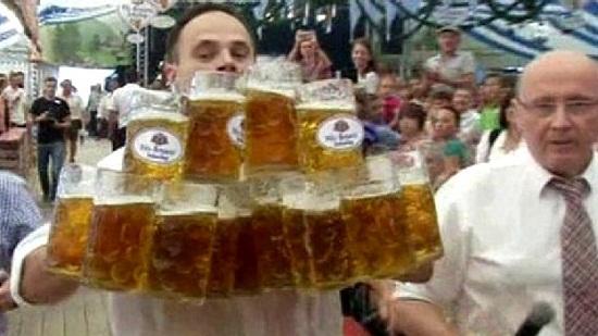 猛男一次性端起27升啤酒 创端啤酒杯世界纪录