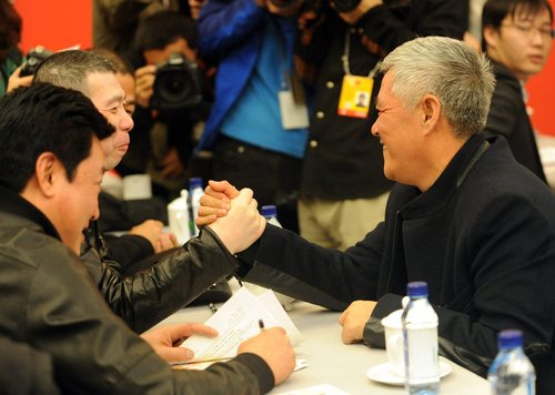 图文:两会委员赵本山与冯小刚掰手腕较量