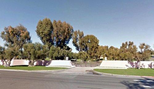 这是安纳伯格庄园的入口。图片来源:谷歌街景照片,拍摄日期:2011年12月