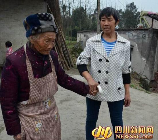 洪天珍带着老人散步