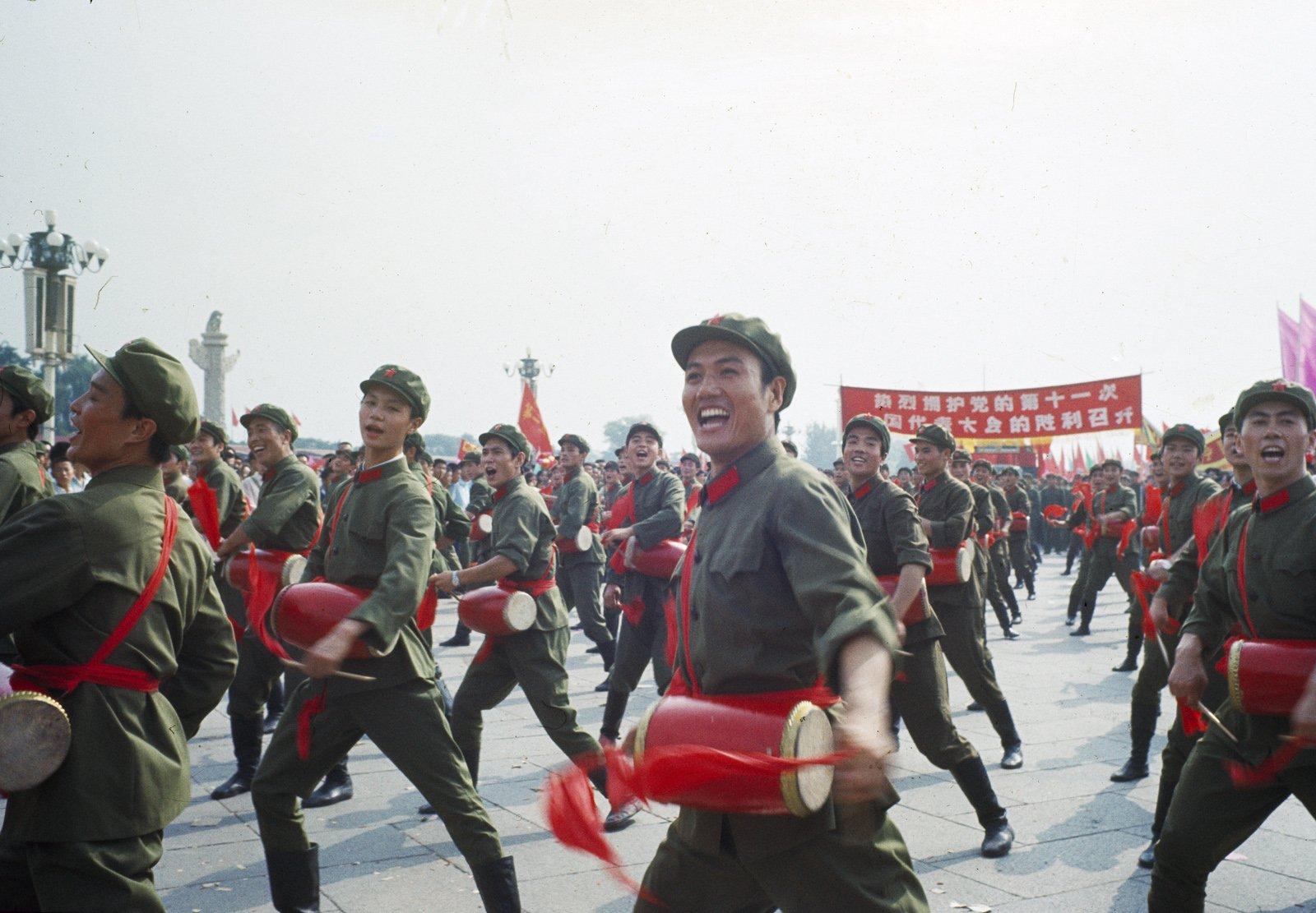 1977年,党的第11次全国代表大会召开,长安街上表演的群众。