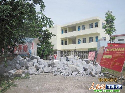 海南一国企领导带人用巨石堵民办学校大门(图)