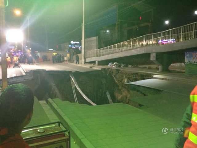 北京广渠路发生路面塌陷 现直径10米深坑(图)