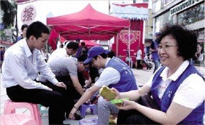 深圳公务员谈上街擦皮鞋:我们做什么都会被嘲讽