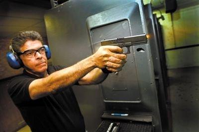 美国枪支商店中,一名顾客正在试枪。资料图片