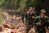 救援人员徒步赶往救援现场