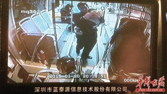 煊煊依偎在司机刘继勇怀里睡着了。(监控截图)