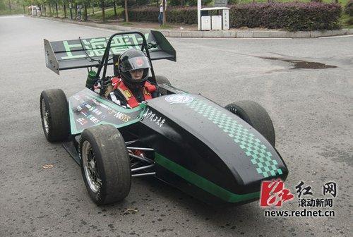 长沙理工大学生10万元造赛车 方向盘3D打印