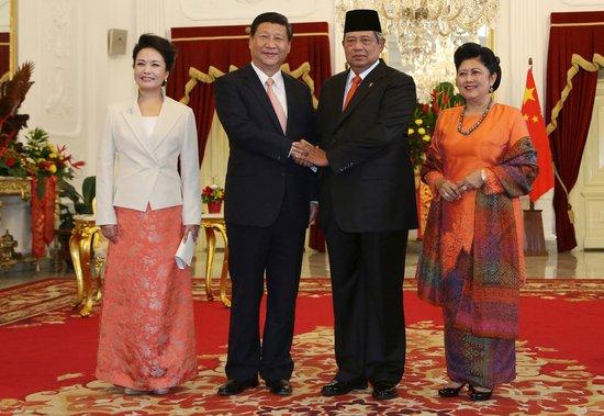 习近平偕夫人彭丽媛抵雅加达 开始访问印尼