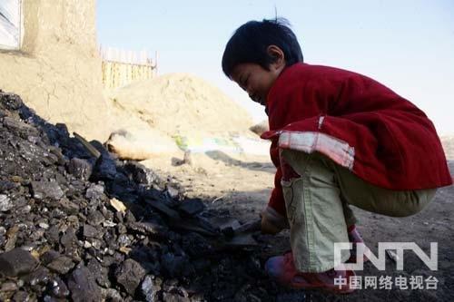 室外是零下17度的气温,小孙悦穿着拖鞋铲煤