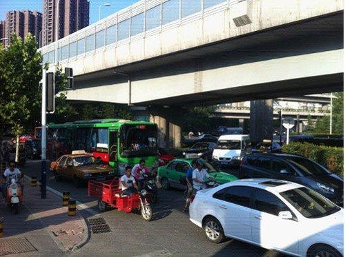 机动车与非机动车混行造成南一环北幅路段异常拥堵