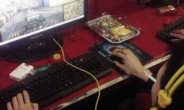 记者暗访北京网吧:抽烟没人管 安全通道紧锁