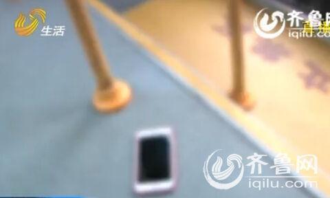 男子公交上故意丢iPhone 6s Plus手机测人心 举止引争议 搜索风云榜