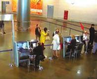 没有机票也没有身份证件,俄罗斯一名11岁女孩竟然成功通过机场安检,独自搭乘客机从首都莫斯科飞到圣彼得堡。事件曝光后,引起俄罗斯国内极大反响,网友们纷纷质疑机场的安检系统。