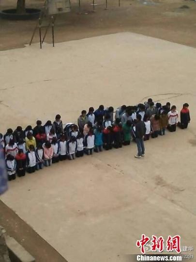江西数十名中学生集体操场罚跪涉事教师被停职