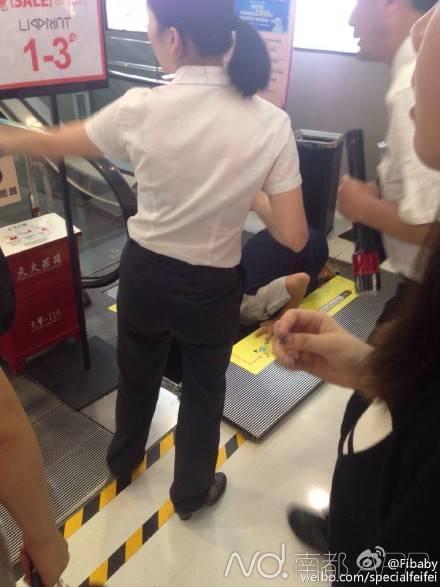温州一男孩乘商场梯掉进维修槽 腿部被擦伤(图)