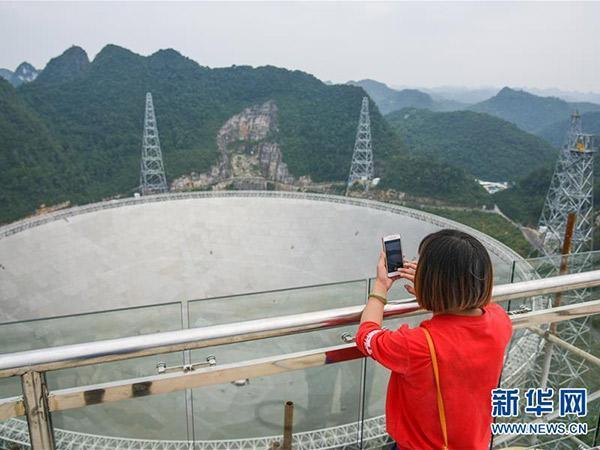 """""""中国天眼""""成旅游新宠 每天被上万名游客挤爆"""